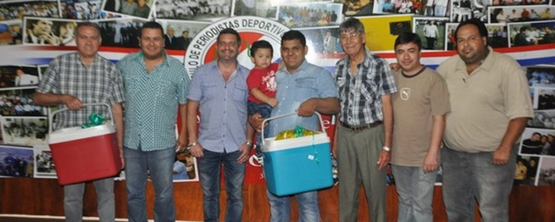 Directiva CPDP entrega canastas a funcionarios